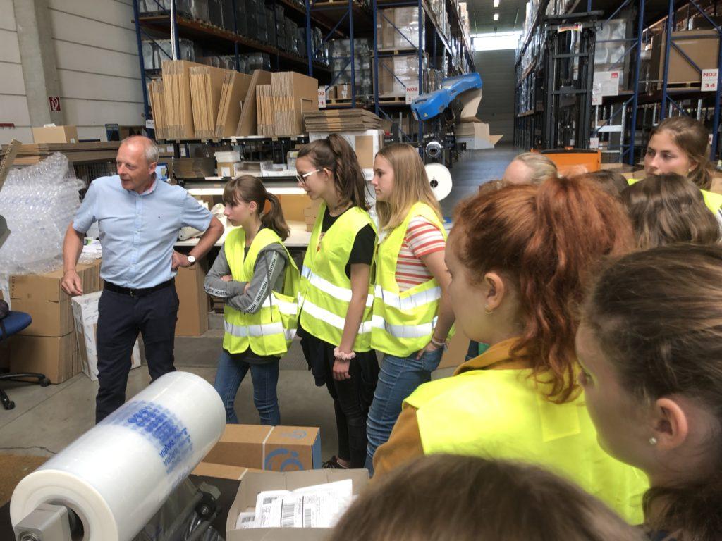 Jugendliche beim Beobachten der Arbeit im Betrieb